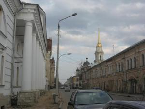 Рыбинск. Волга так близко, что баржа, плывущая по ней, кажется, идет по соседней улице