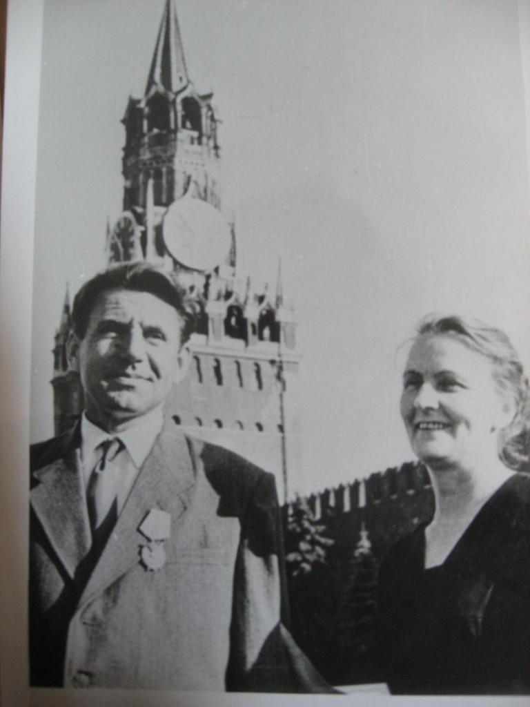 Всеволод Блюхер с Глафирой Лукиничной на Красной площади после получения ордена Красного Знамени