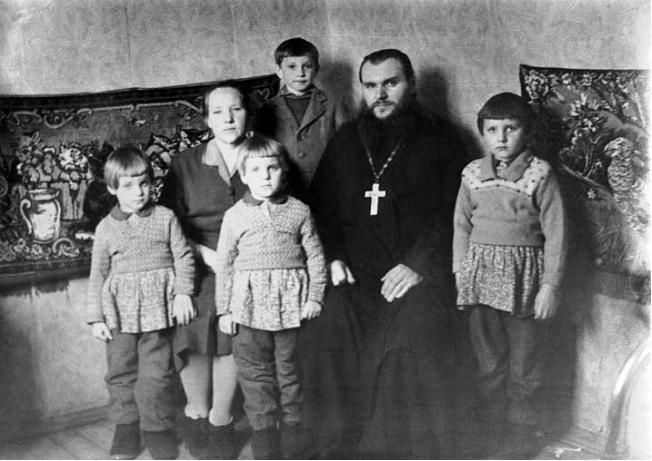 Семья отца Михаила и матушки Нины Халюто. С. Покров Рыбинского района. 1966 год.