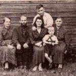 Ильин день в Борзово, 1954 г. Баландины Евдокия и Алексей, справа Орлова Мария Ивановна с дочерью Тамарой, зятем и внуком