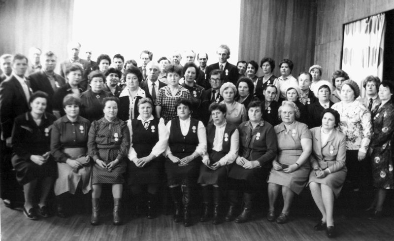 Герасимов вручает удостоверения «Ветеран труда» в музее ВМЗ. 1984 год.